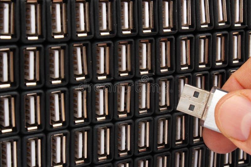 Introduzindo a movimentação instantânea de USB em um de muitos soquetes fotografia de stock royalty free