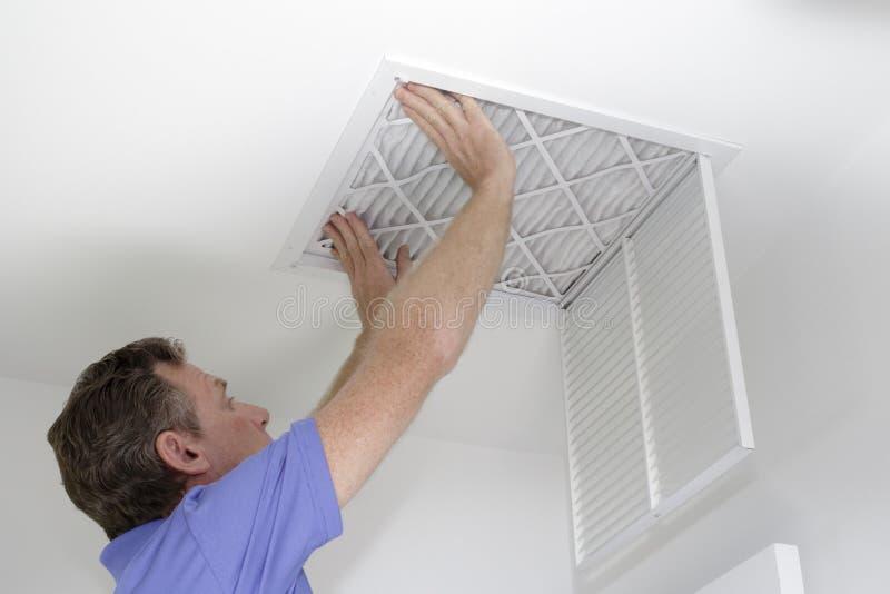 Introduzindo o filtro de ar novo no teto fotografia de stock royalty free