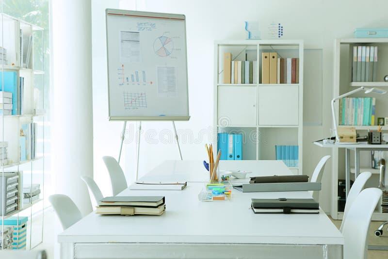 Introduzir no mercado analisa a carta na sala de reunião imagens de stock