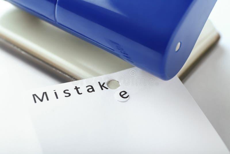 Introligator i papier z drukowanym słowem błąd na białym tle, zbliżenie zdjęcia royalty free