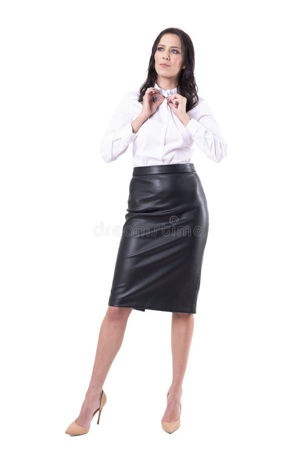 Introspekcyjna rozwa?na biznesowa kobieta dostaje gotowy dla pracy w ranek rutynowej patrzeje odleg?o?ci obrazy stock