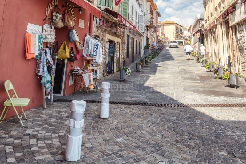 Intryck av en shoppa gata i den franska byn av helgonet-j arkivfoto