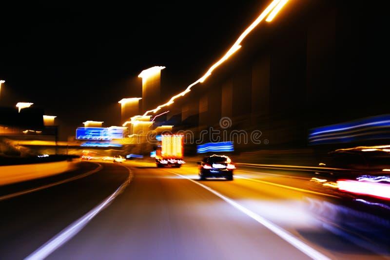 Intryckstil av bilden av rörande trafik på en motorisk väg royaltyfri foto