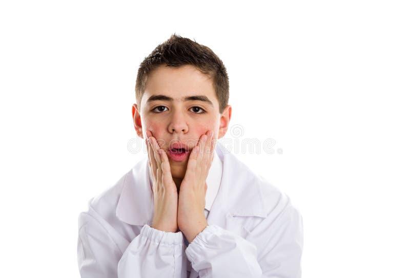 Intrygująca chłopiec lekarka trzyma jego podbródek obrazy stock