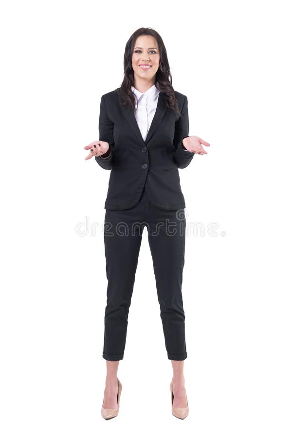 Intrygująca młoda biznesowa kobieta ono uśmiecha się z nastroszonymi rękami i otwartymi palmami obraz royalty free