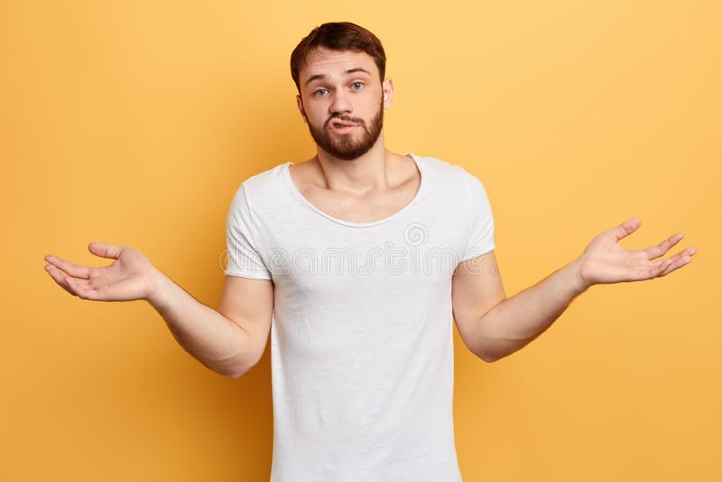 Intrygujący brodaty mężczyzna doen «t zna co robić zdjęcie royalty free