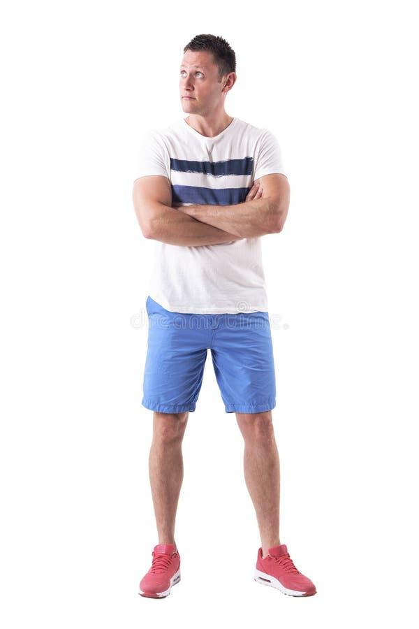 Intryguję wprawiać w zakłopotanie męskiego macho mężczyzny w sporty lat ubraniach przyglądających w górę zdjęcie royalty free