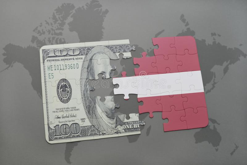 intryguje z flaga państowowa Latvia i dolarowy banknot na światowej mapy tle fotografia stock