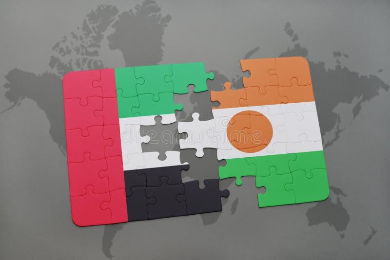 intryguje z flaga państowowa zlani arabscy emiraty i Niger na światowej mapie obrazy stock