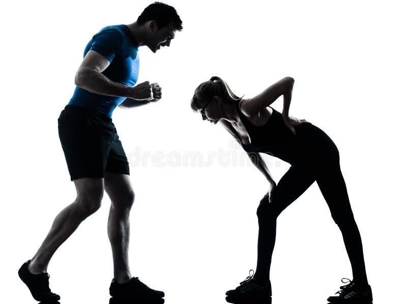 Intstructor da ginástica aeróbica com a mulher madura que exercita a silhueta imagem de stock royalty free