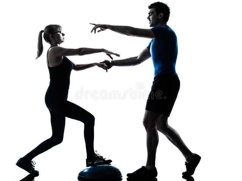 Intstructor de los aeróbicos con el ejercicio maduro de la mujer foto de archivo