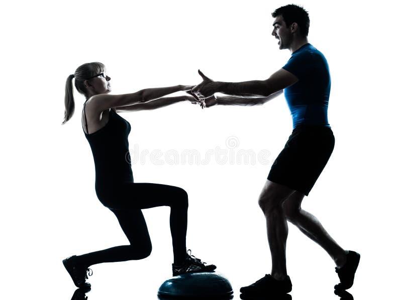 Intstructor de los aeróbicos con el ejercicio maduro de la mujer imagenes de archivo