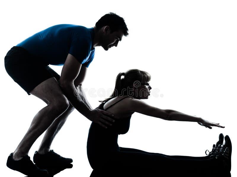 Intstructor van de aerobics met het rijpe vrouw uitoefenen stock afbeeldingen
