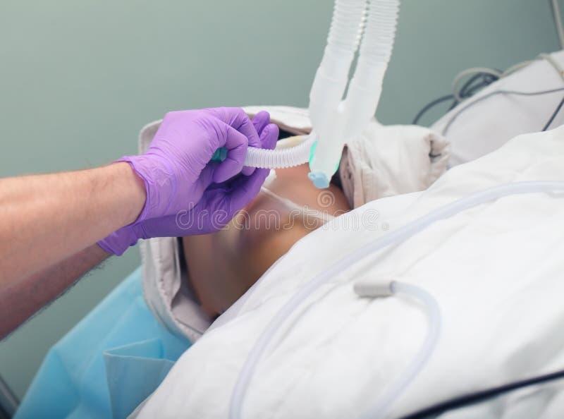 Intubation trachéale dans l'ICU photographie stock