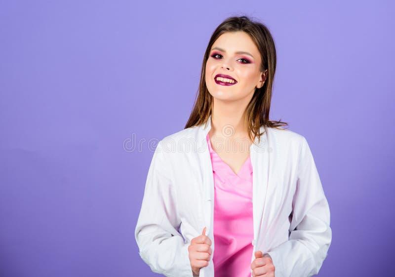 Intymna klinika Kobiety dosyć lekarki odzieży bielu mundur poj?cie k?ama medycyny pieni?dze ustalonego stetoskop Dziewczyny makeu obraz royalty free