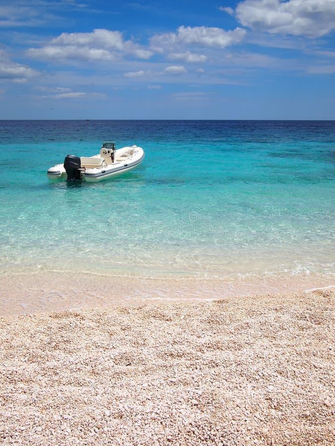 Intymna plaża z łodzią motorowa zdjęcia stock