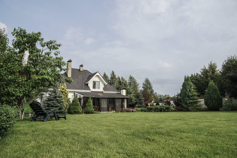 Intymny dom i swój ogród pod pięknym niebem zdjęcie stock