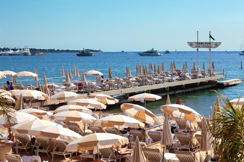 Intymny nabrzeżne z parasols w Cannes, Francja obrazy royalty free