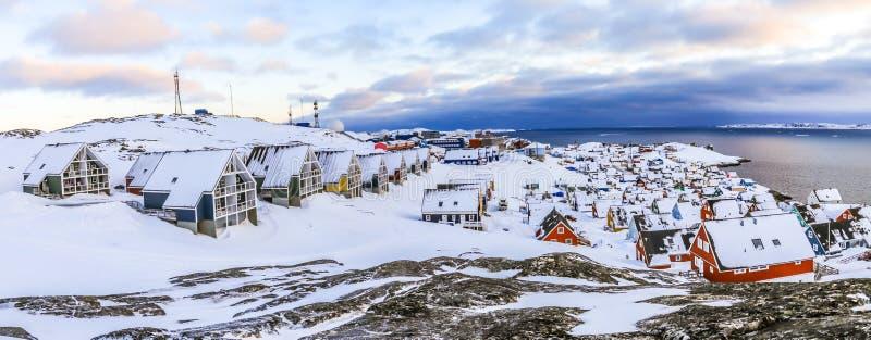 Inuit domy zakrywający w śniegu Nuuk miasta wiosny panorama, Greenla obraz stock