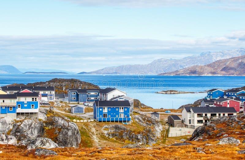 Inuithuizen en plattelandshuisjes in woondistrict van Nuuk-stad met fjord en bergen op de achtergrond, Groenland royalty-vrije stock foto