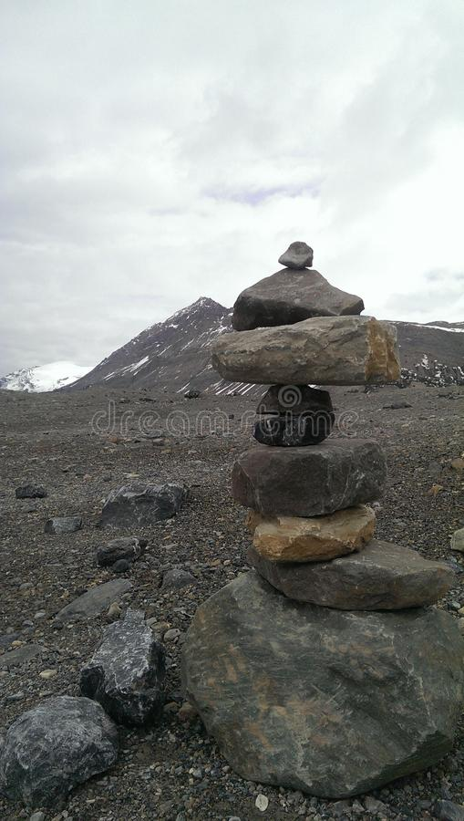Inukshuk στα δύσκολα βουνά στοκ φωτογραφία με δικαίωμα ελεύθερης χρήσης