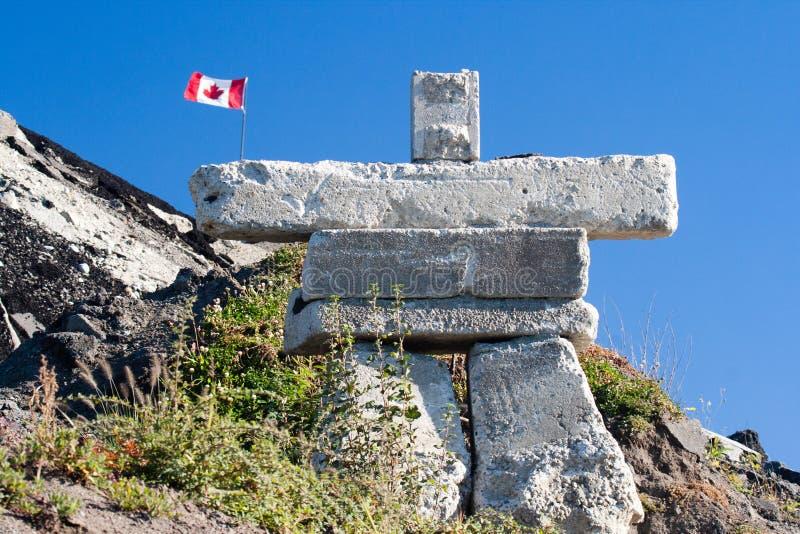Inukshuk is een symbolisch rotsbeeldhouwwerk oorspronkelijk bouwt door een Inuit-mens Was een symbool van de winter Olympische sp stock foto
