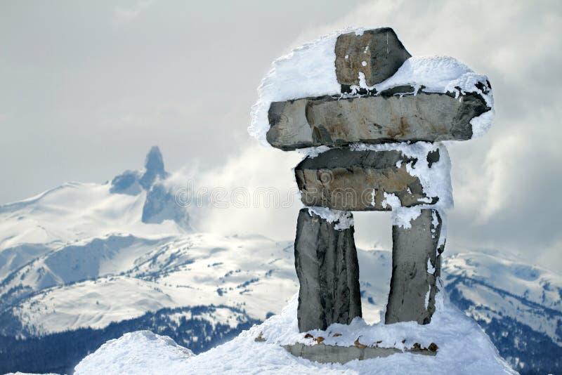 Inukshuk na cimeira da montanha do assobiador imagens de stock