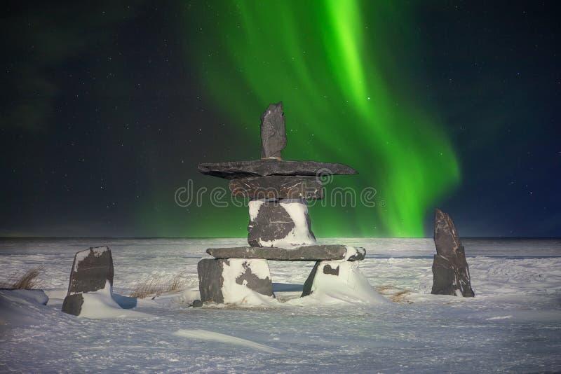 Inukshuk och nordliga ljus i Kanada royaltyfria bilder