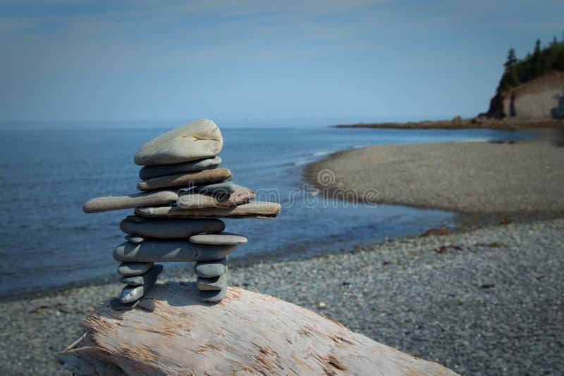 Inukshuk op een rots royalty-vrije stock afbeeldingen
