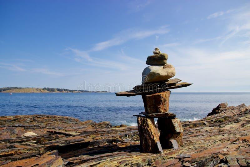 Inukshuk på steniga Nova Scotia, Kanada kustlinje arkivbild