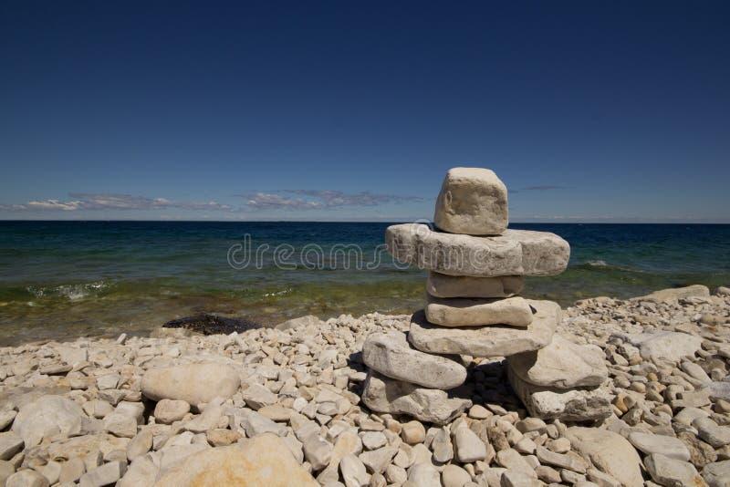 Inukshuk, Rotsachtig strand, Georgische Baai, Bruce Peninsula, meer Huron stock afbeeldingen