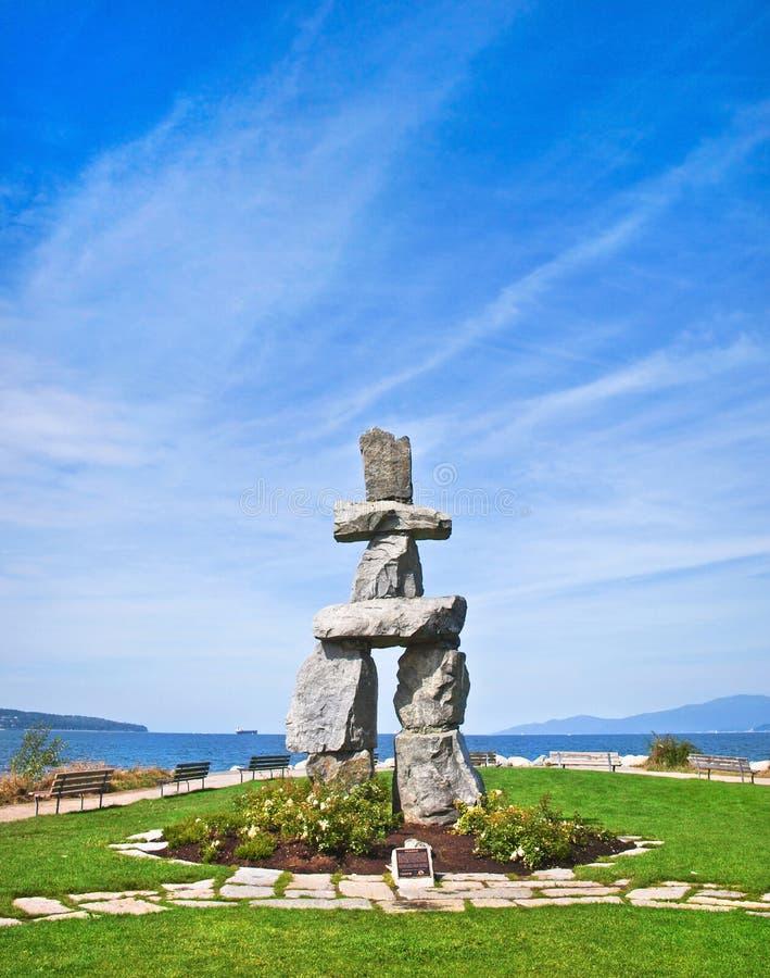 Inukshuk, simbolo dei giochi 2010 di olimpiade invernale, con cielo blu alla baia inglese a Vancouver, Columbia Britannica, Canada fotografie stock libere da diritti