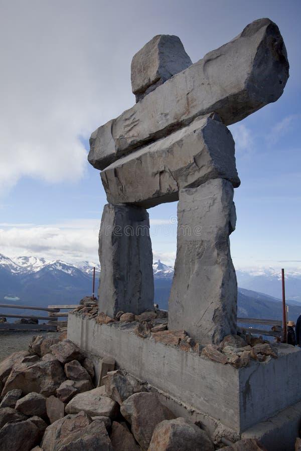 Inukshuk sur de siffleur de montagne de sommet le Canada avant Jésus Christ image libre de droits
