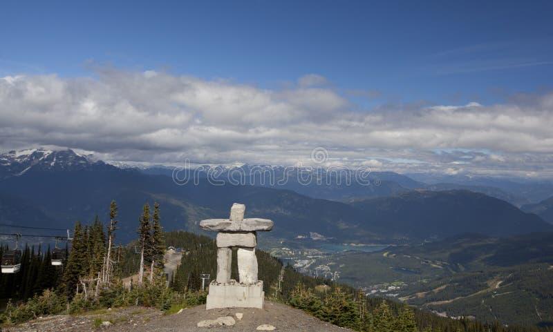 Inukshuk sur de siffleur de montagne de sommet le Canada avant Jésus Christ photos stock