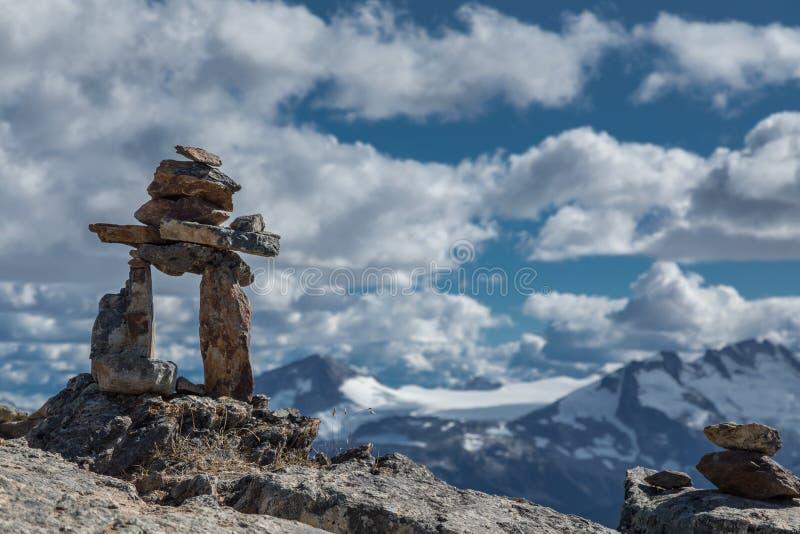 Inukshuk vaggar och Mountain View royaltyfria bilder