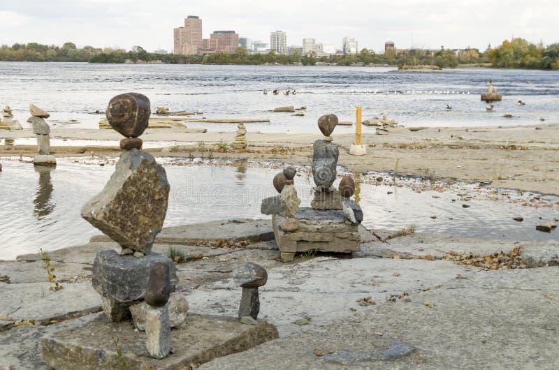 2017 Inukshuks στα ορμητικά σημεία ποταμού 47 Remics στοκ εικόνες με δικαίωμα ελεύθερης χρήσης
