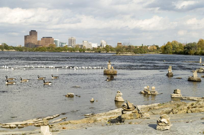 2017 Inukshuks στα ορμητικά σημεία ποταμού 2 Remics στοκ φωτογραφία με δικαίωμα ελεύθερης χρήσης