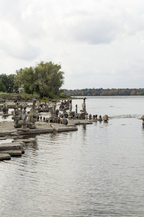 2017 Inukshuks στα ορμητικά σημεία ποταμού 7 Remics στοκ φωτογραφία