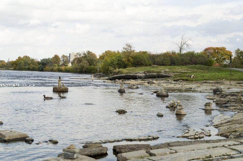 2017 Inukshuks στα ορμητικά σημεία ποταμού 12 Remics στοκ φωτογραφίες με δικαίωμα ελεύθερης χρήσης