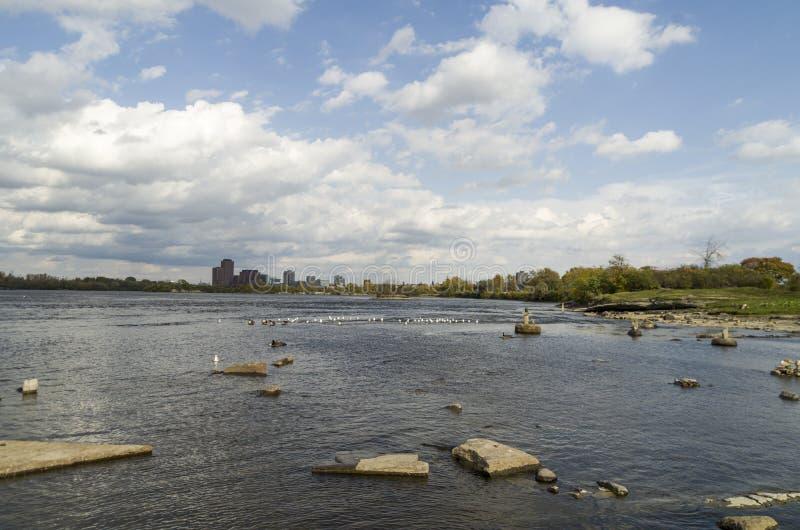 2017 Inukshuks στα ορμητικά σημεία ποταμού 19 Remics στοκ εικόνες με δικαίωμα ελεύθερης χρήσης