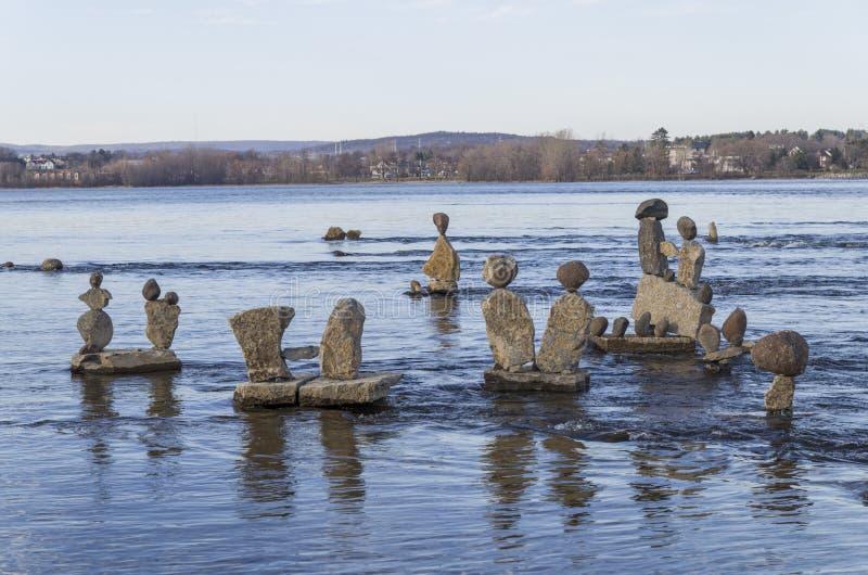 Inukshuks στον ποταμό της Οττάβας στα ορμητικά σημεία ποταμού Remics στοκ φωτογραφίες