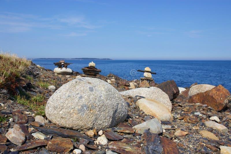 Inukshuks på steniga Nova Scotia, Kanada kustlinje fotografering för bildbyråer