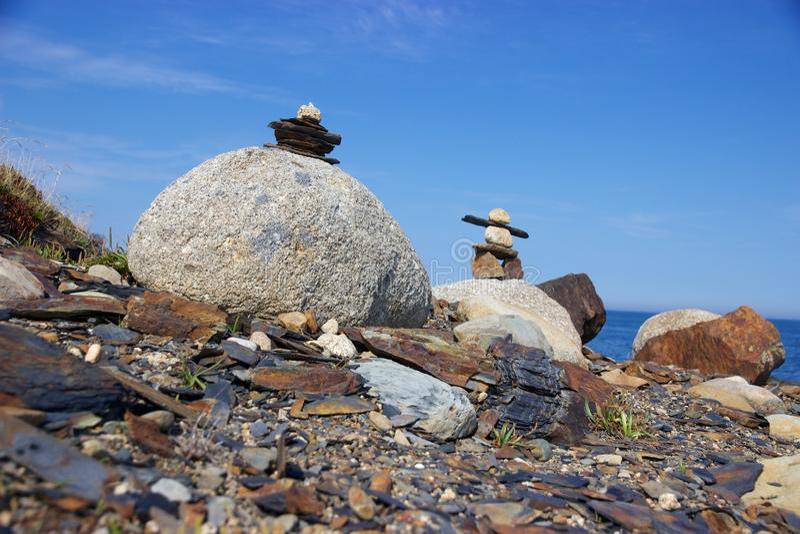 Inukshuks på steniga Nova Scotia, Kanada kustlinje arkivbilder