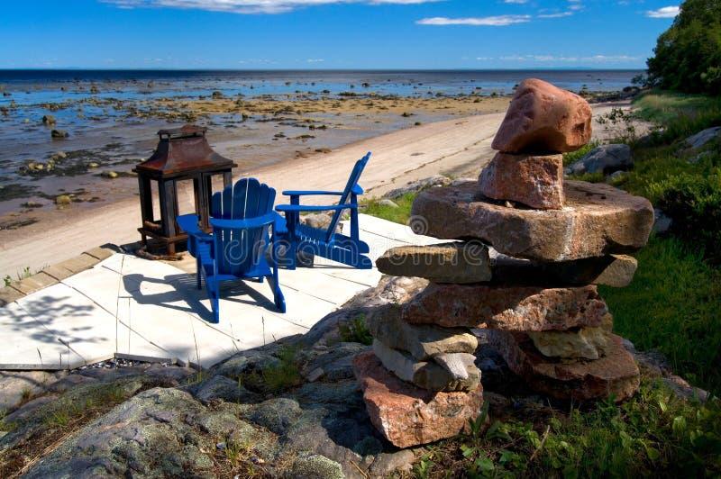 Inuksuk i błękitów krzesła z Pięknym widokiem Lawrance Seaway zdjęcia stock