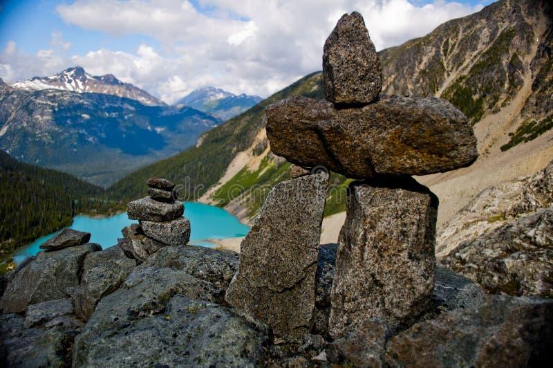 Inuksuk (Inukshuk) som förbiser Joffre Lakes, Pemberton, British Columbia arkivfoto