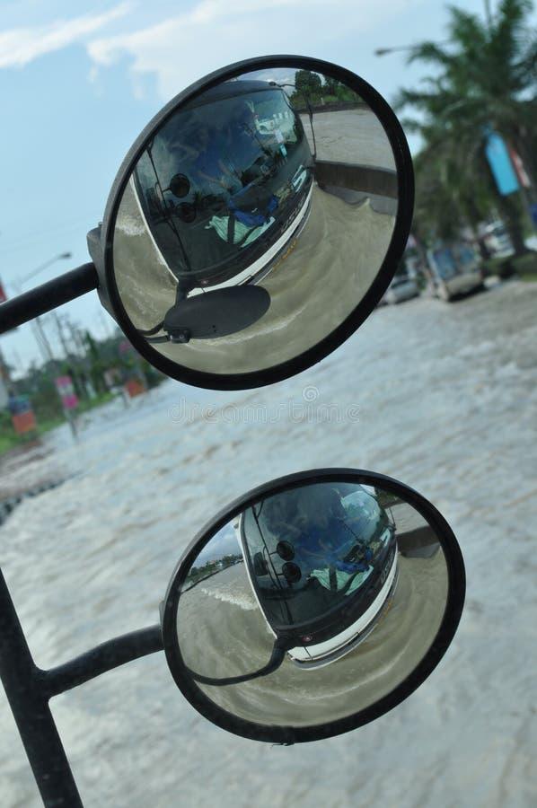 A inundação é vista no espelho de um ônibus em uma rua inundada de Pathum Thani, Tailândia, em outubro de 2011 fotografia de stock