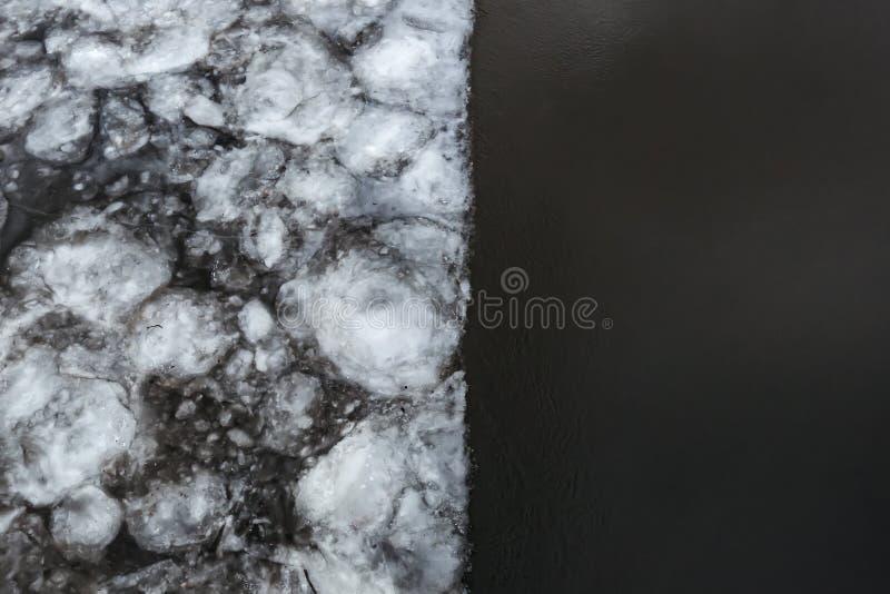 Inundação na mola Gelo na metade do rio Despertar da natureza imagem de stock