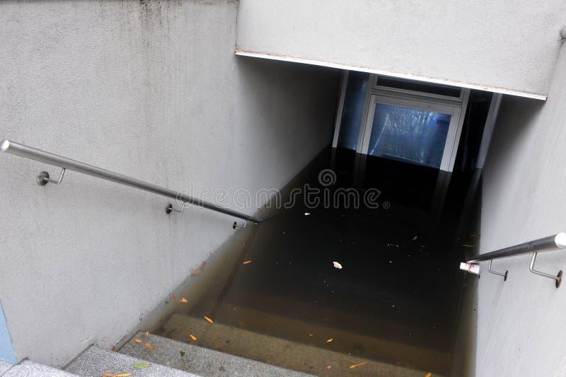 Inundação séria nos edifícios imagens de stock