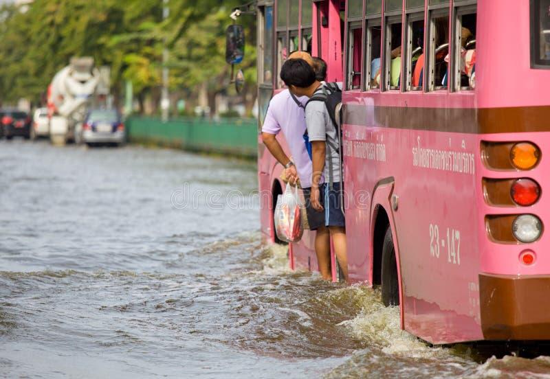 A inundação tailandesa bate a central de Tailândia fotografia de stock