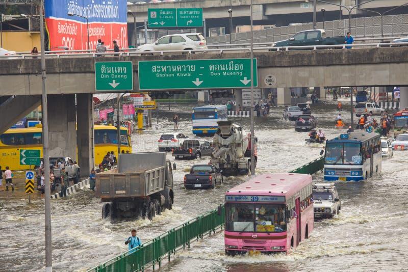 A inundação tailandesa bate a central de Tailândia foto de stock